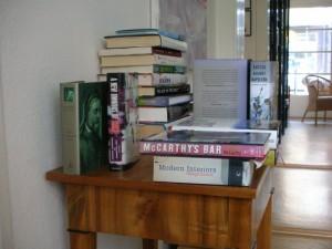 Pile of Books: Im kleinen Lesezimmer stehen auf allen Moebeln Buchstapel