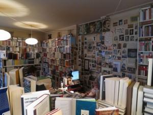 Calligramme: ein Universum der Bücher, gestapelt, geschichtet, gestellt