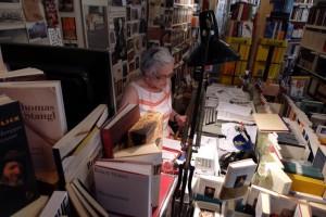 Helene Lehmann in ihrem Reich der Bücher - Literatur und bildende Kunst