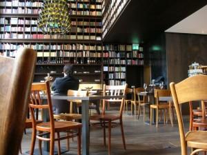 Blick zur Bar mit Tischen und Bücherwänden