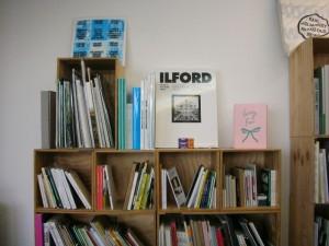 Bücher für Kunst und Design in den Gestellen bei Motto