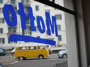 Durch die Scheibe gesehen - das Logo von Motto