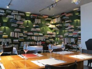 Blick in die Kochbuch-Bibliothek im Haus Hiltl