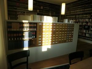 Blick in die Bibliothek mit dem Zettelkasten und der Literatur aus dem 19. Jahrhundert