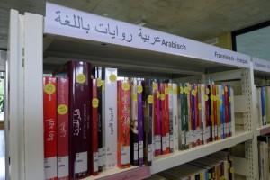 Literatur auf Arabisch in den Gestellen der Pestalozzi-Bibliothek Hardau