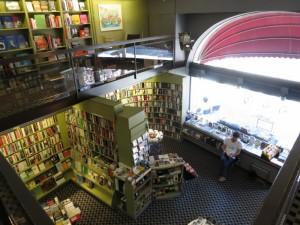 Blick vom ersten Stock hinab in die Buchhandlung
