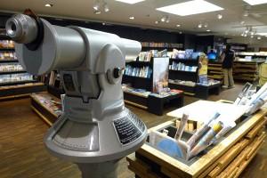 Das Fernrohr als Zeichen der guten Aussicht in der Buchabteilung von Transa