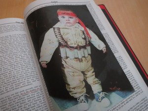 Die Bibel mit Illustration: Foto eines Kindes mit Sprenggürtel