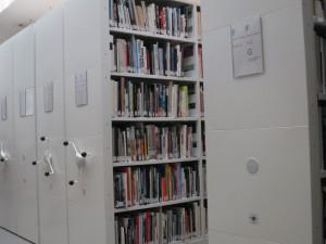 Archivrollgestelle voller Bücher und Zeitschriften