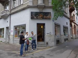 Eingang zu Duplikat Buch & Papier. Leuchtbild vom nahen Idaplatz über der Tür. Schöner Schuhabstreifer neben der Tür.