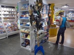 Imn grosszügigen Eingang begrüssen Stofftiere die Leseratten
