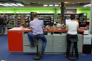Die Berater in der Buchhandlung Lüthy, Sihlcity. Sie sind mitten im Raum - sehr verfügbar!