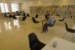 In der Zeitungs- und Zeitschriftenabteilung sitzen immer Lesende