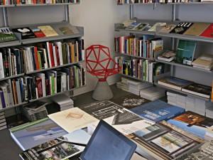 Grosses Angebot an Büchern über Architektur und Design - auch der rote Stuhl ist pures Design