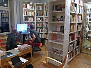 Blickin die beiden Räume der Schwubliothek - 4000 Bücher, 450 Medien