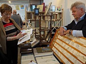 Bücher besprechen mit dem Künstler