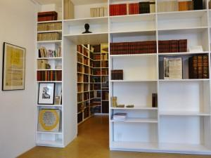 Moderne weisse Regale mit alten Büchern bei Fine Books