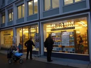 Schaufenster und Eingang der Buchhandlung