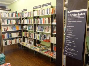 Blick in die Abteilung Romane und Erzählungen, Ländertafel