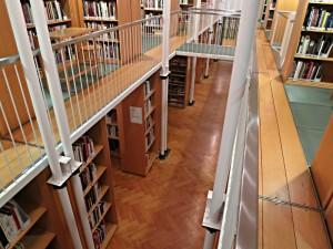 2-stöckige Freihandbibliothek des Textilmuseums