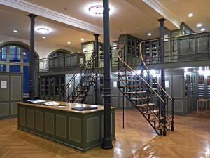 2-stöckige Bibliothek mit Musterbüchern des Textilmuseums