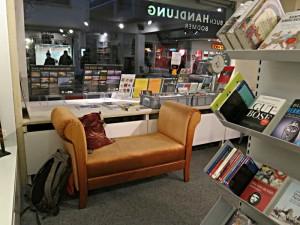 Ein bequemes 2-Plätzersofa lädt zum Lesen ein