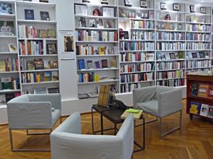 Sitz- und Leseecke, Regale der Belletristik