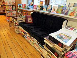 Das Büchersofa im ersten Stock ist ein Ort zum Verweilen