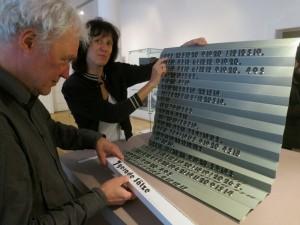 Prof. Sabine Golde und Prof. Thomas Rug mit dem Werk von Janosch Kaden