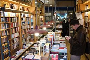 Eng ist es im Parterre, aber ein Paradies mit ausgesuchten Büchern.