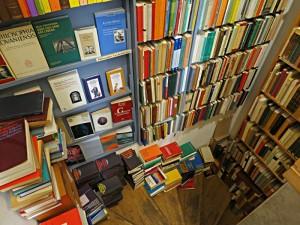 Überall Bücher, selbst auf den schmalen Treppentritten