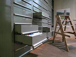 Schubladen des Materialarchivs und eine mobile Treppe