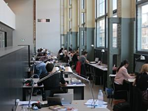 Arbeitsplätze für Studierende. Tischlampen wie Beine eines Tausendfüsslers.