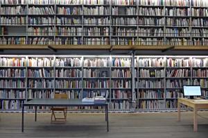 Bücher auf zwei Etagen, auf 10 Tablaren und über 20m Länge