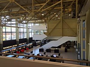 Eine Industriehalle wird zur Bibliothek. Der Laufkran hängt noch an der Decke.