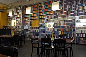 Ein schöner Raum mit Tausenden Büchern des Suhrkamp Verlags