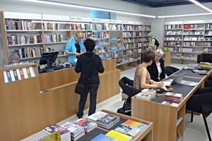 Die geräumige Buchhandlung an der Hottignerstrasse 44
