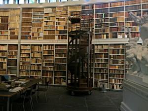 Barocke Bibliothek mit zweistöckig angeordneten Büchern. Rollbare Wendeltreppe