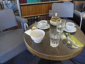 Der Kaffeetisch am Eingang