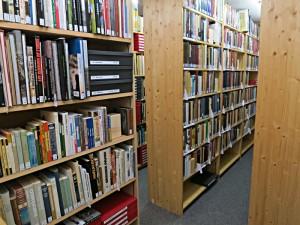 Blick in die Gestelle der Biblioteca Afghanica