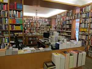 Blick in die Tiefen der Buchhandlung und auf den Kronleuchter