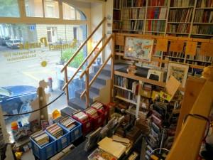 Gestelle für Tausende Hefte und Bände auf zwei Ebenen