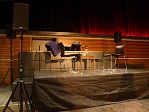 Alles bereit für eine Lesung: 2 Stühle, kleiner Tisch