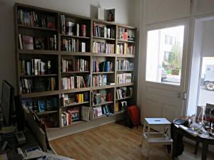 Die Bücherwand bei der Türe, der Lesetisch, der kleine Arbeitsplatz der Buchhändlerinnen
