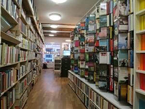 Blick durch die Tiefen der Buchhandlung zum Schaufenster