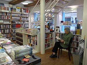 Ein Stuhl zum Sitzen, ein Buch in der Hand - was gibt es Schöneres?