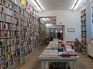 Blick durch die lange, sehr gut bestückte Buchhandlung