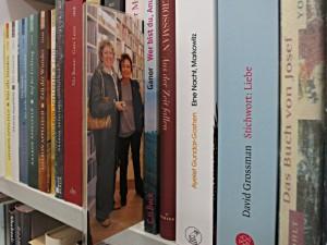 Einstecker zwischen Büchern von Autorinnen und Autoren, die bei Müller&Böhm gelesen haben
