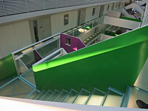 Farbige Gestaltung des schlanken Innenhofs