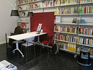 Ein kleiner Raum mit Bibiliothek und Arbeitstisch